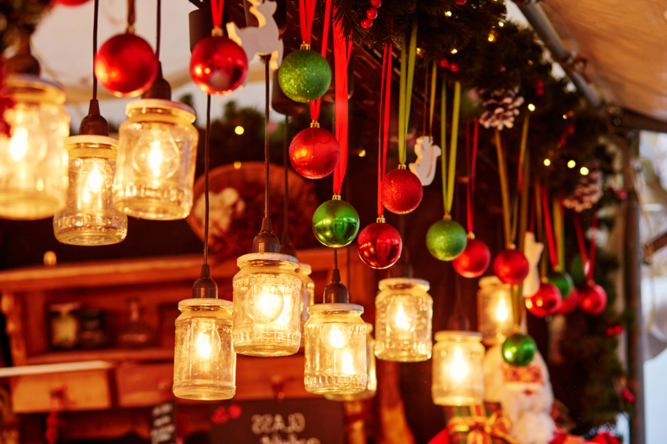 hanging-lights-ornaments-wooden-beams